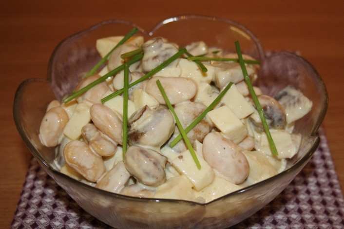 Салат из фасоли с жареным луком и чесноком