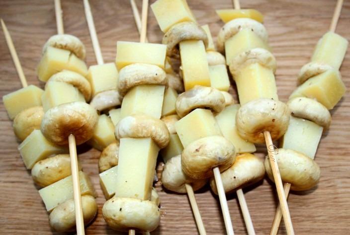 Шашлычки с грибами и сыром в слоеном тесте